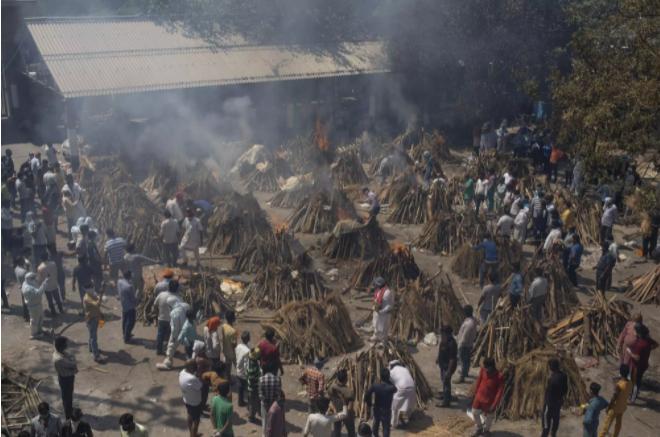 Cảnh hỏa táng thi thể bệnh nhân tại New Delhi - Ấn Độ. Ảnh: AP