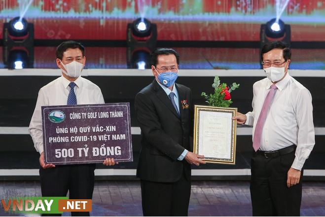 Ông Lê Văn Kiểm trao tặng tiền cho quỹ vaccine. Ảnh: Đức Anh.